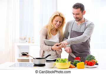 attraente, ricetta, coppia, lettura, giovane, tavoletta
