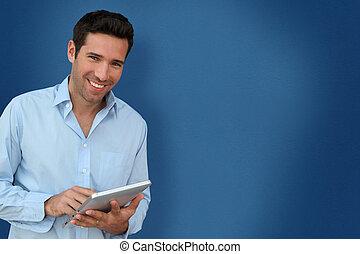 attraente, uomo, con, touchpad, su, sfondo blu