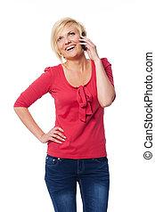 attraktiv, blondin, kvinna prata, på, henne, rörlig telefonera