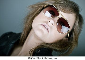 attraktiv, brunett, in, flygare, solglasögon
