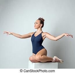 attraktiv, dansare, framställ, gracefully, vinkande händer
