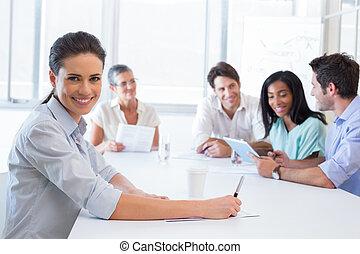 attraktiv, le, workplace, affärskvinna