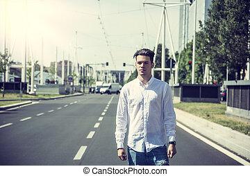 attraktiv, leende herre, stående, i medel, av, stadsstreet