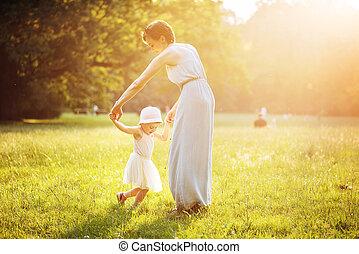 attraktiv, mor, dansande, med, henne, dotter, på, den, gräsmatta
