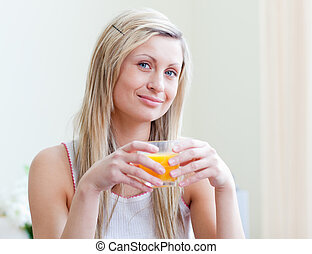 attraktiv, stående, apelsinsaft, kvinna, drickande