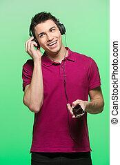 attraktiv, ung man, lyssnande, music., stilig, manlig, tröttsam, radiolur, och, röd t-shirt