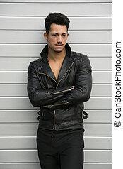 attraktiv, ung man, med, läderjacka, på, naken, torso