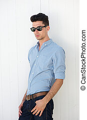 attraktiv, ung man, med, solglasögon