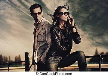 attraktiv, ungt par, bärande solglasögoner