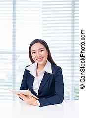 attraktive, asiatisch, geschäftsfrau, arbeiten, a, digital tablette, in, der, büro.