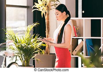attraktive, asiatisch, geschäftsfrau, arbeitende , mit, digital tablette, und, stehende , in, buero