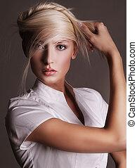 attraktive, blond, in, a, mode, stil, haltung
