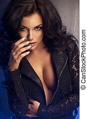 attraktive, brünett, frau, posierend, in, modisch, damenunterwäsche, in, studio