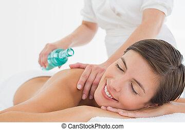 attraktive, frau, erhalten von massage, oel, auf, sie, zurück