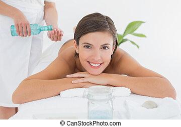 attraktive, frau, erhalten von massage, oi