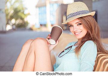 attraktive, frau, mit, bohnenkaffee, sitzen, auf, der, stuhl