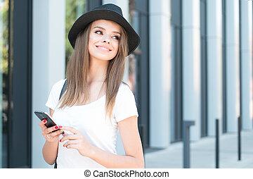 attraktive, frau telefon, lächeln, in, entfernung