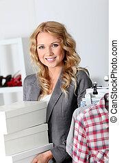 attraktive, frau, tragen, schuhkartons, in, kaufmannsladen