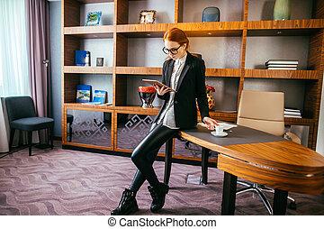 attraktive, geschäftsfrau, arbeiten, a, digital tablette, in, der, büro.