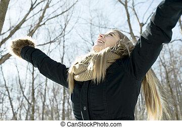 attraktive, junge frau, in, winterzeit, draußen