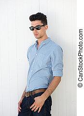 attraktive, junger mann, mit, sonnenbrille