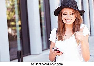 attraktive, m�dchen, mit, telefon, ausstellung, daumen hoch