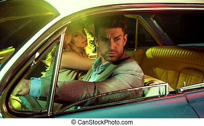 attraktive, paar, in, der, retro, auto