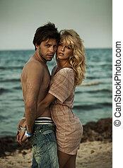 attraktive, paar- umarmen, in, romantische , szenerie