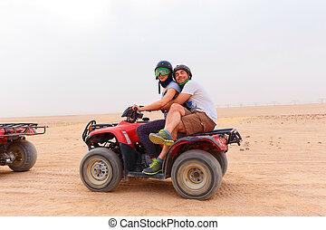 atv, montando, par, jovem, areia