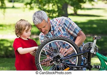 atya, és, övé, fiú, rögzítő, egy, bicikli