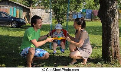 atya, és, anya játék, noha, csecsemő fiú, képben látható, egy, swing., a, kert, a ház mellett