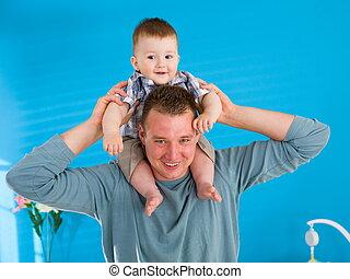 atya, csecsemő, boldog, emelés