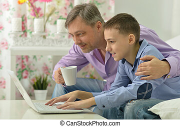 atya fiú, noha, laptop