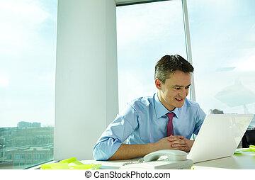 ordinateur portable travail utilisateur bleu portrait photographie de stock rechercher. Black Bedroom Furniture Sets. Home Design Ideas