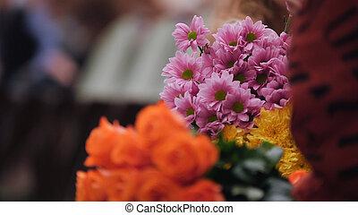 audience, dans, les, salle concert, fleurs avoirs, et, applaudir, les, performance, étape