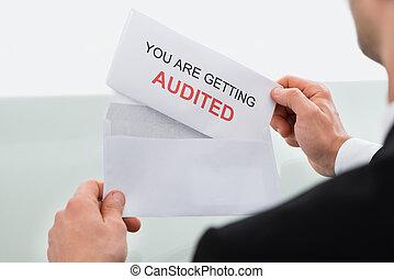 audit, homme affaires, lettre, bureau, ouverture