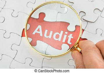 audit, personne, texte, sur, verre, tenue, magnifier