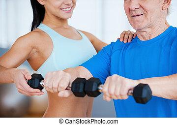 auf, der, richtiger weg, zu, recovery., kupiert, bild, von, weibliche , körperliches therapist, portion, älterer mann, mit, fitness, in, fitnesscenter