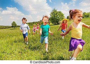 aufgeregt, rennender , kinder, in, grünes feld, spielen, zusammen