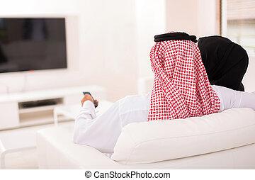 aufpassender fernsehapparat, paar, moslem, hintere ansicht