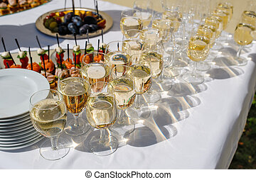 aufschließen, foto, mit, gläser champagner, auf, festtisch