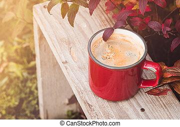 aufschließen, rotes , weinlese, kaffeetasse, auf, hölzern, hintergrund, in, kleingarten, mit, verwischen, licht, bokeh, und, herbst geht