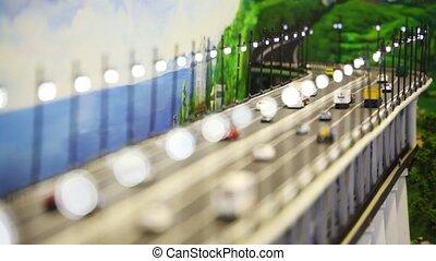 aufschließen, spielzeug, brücke, mit, auto, autos, busse, und, lastwagen, stehen, auf, ihm, vorher, gezeichnet, panorama, von, meer, und, hügel, ., ändern, fokus