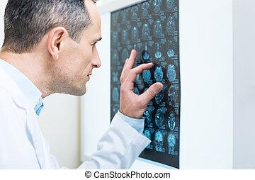 aufschließen, von, doktor, analysieren, ergebnisse, von, edv, tomographie