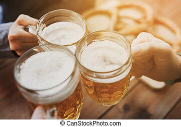aufschließen, von, hände, mit, bier, becher, an, bar, oder,...