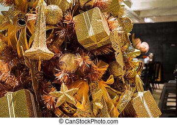 Baum auf k sten verbeugungen schlie en dekoriert for Luxus weihnachtsbaum