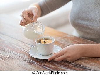aufschließen, von, weibliche , auslaufende milch, in, bohnenkaffee