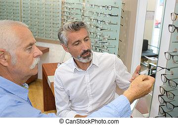 augenarzt, und, mann, pensionär, wählende gläser, in, optik, kaufmannsladen