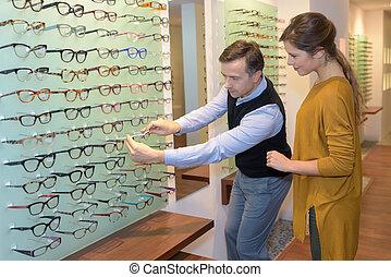 augenarzt, und, schöne , brünett, weibliche , wählende gläser, in, optik, kaufmannsladen