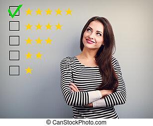 augmentation, heureux, business, evaluation., cinq, étoile, vote, fond jaune, ranking., confiant, classement, femme, mieux, gris